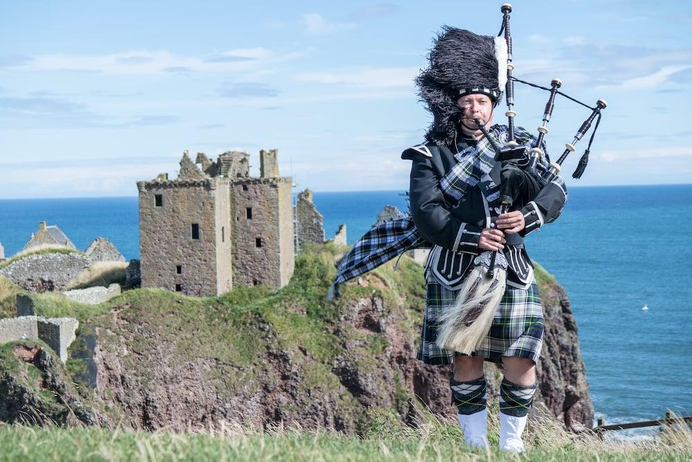 scotland - bagpipe-castle